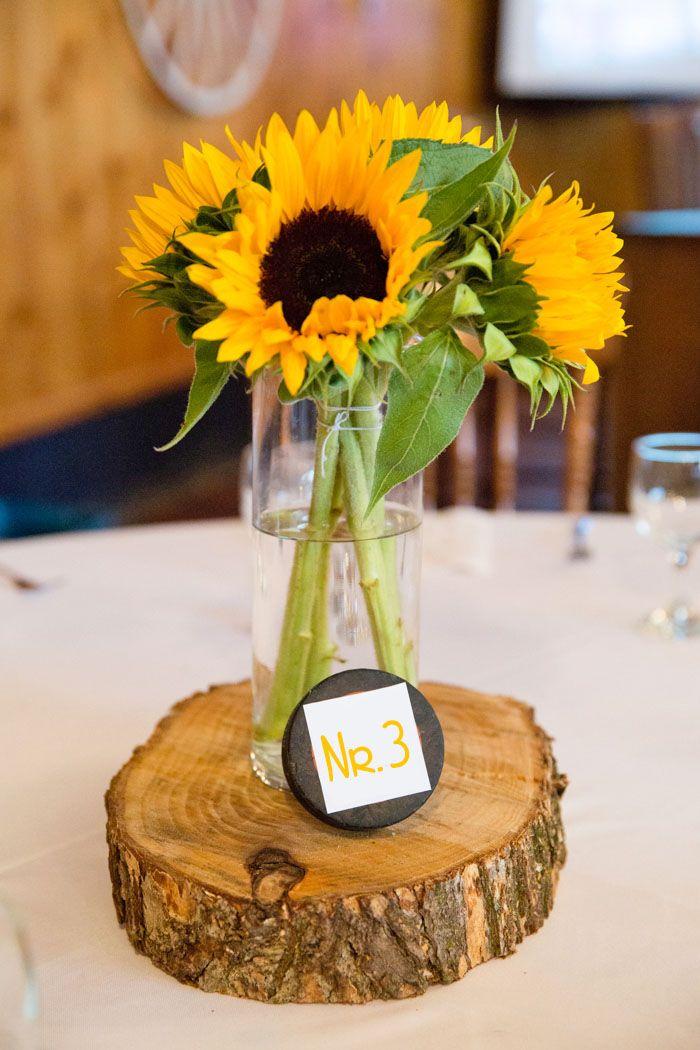 In unserer Bildergalerie zeigen wir euch sommerlich-schöne Tischdeko mit Sonnenblumen für ein rustikales Flair auf euren Hochzeitstischen. © Black Lamb Photography