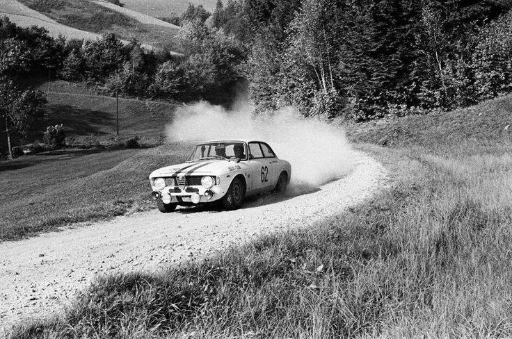 Alfa Roméo GT Coupé Junior en rallye dans les années 70 probablement. Pour voir toute l'actu de la voiture ancienne, rendez-vous sur www.newsdanciennes.com #ClassicCar #AlfaRomeo #Bertone