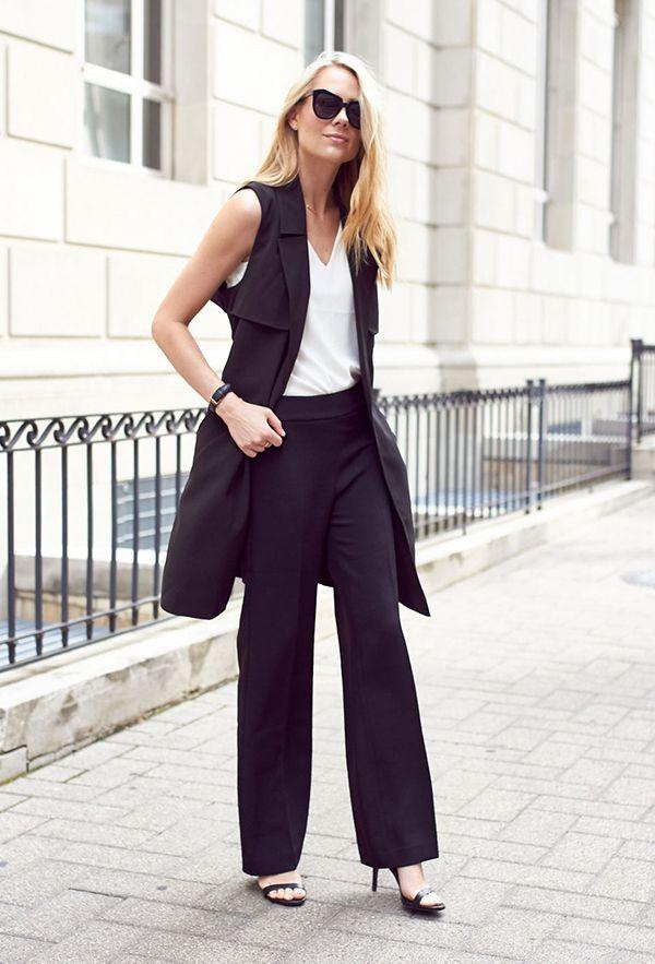Street style look colete e calça alfaiataria social preto com regata branca e sandália de tira.