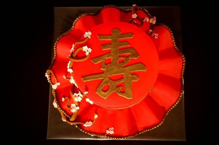 Longlife chinees teken. Met kersenbloesem aan de zijkant van de stapeltaart.