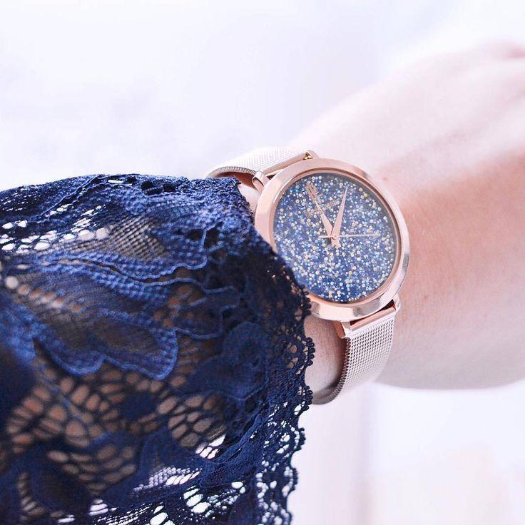 Delikatna koronka i zegarek z bogato zdobioną tarczą!