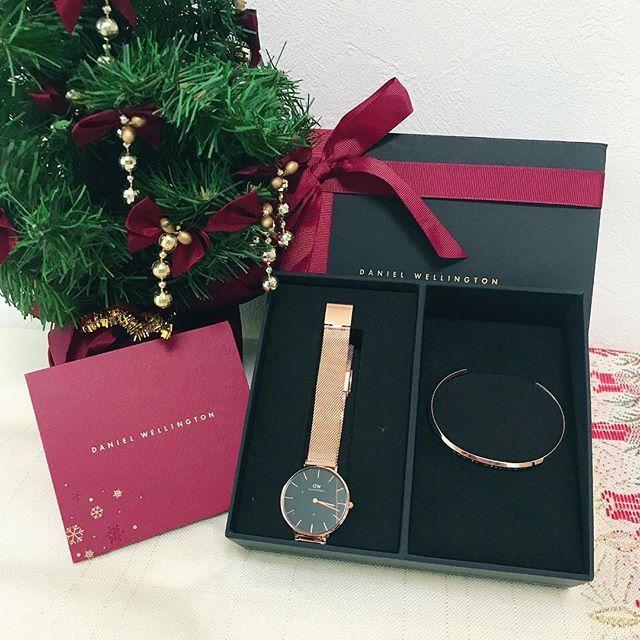 * 🌲⛄️Merry Christmas!🎅🎁 * @DanielWellingtonさんから素敵なクリスマスプレゼントが届きました。大きめのブラックフェイスxゴールドのメタルベルトはちょっとお洒落っぽくて良いなぁ。黒のコートからちらっと見えたらかっこいいと思います♡ * 今週末は2日連続のダンスパーティーです。どちらも出演するので大荷物での移動と長時間の待機が大変。 * というわけでコメントのお返事が遅れてしまいすみません。明日以降、ゆっくりお返事させていただきます♪さて大きなカートをガラガラ引っ張って行ってきます。 * #ダニエルウェリントン ➡️www.danielwellington.com/jp * #Christmas#present#Danielwellington#watches#nails#winternails#nailart#nailstagram##opinailpolish#essielove#nagellack#kawaii#stylish#elegantnails#prettynails…