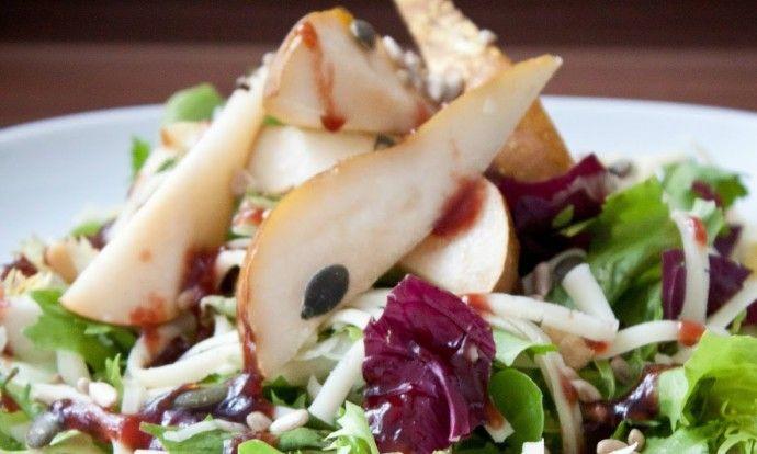 Podzimní hruškový salát s brusinkovým dresinkem