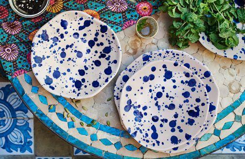Platos de cerámica de dos tamaños diferentes con topos azules pintados a mano.