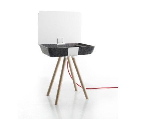 Funkcjonalny stolik Pad Box z podnoszonym blatem. W środku możliwość ładowania urządzeń multimedialnych.