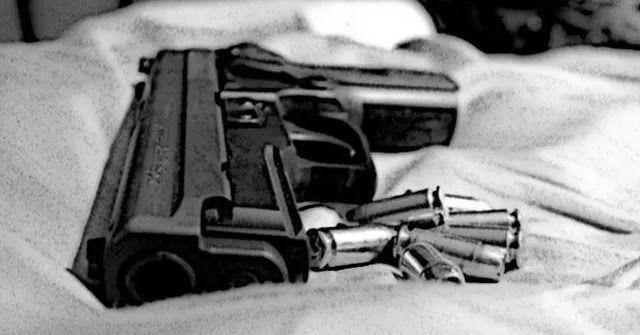 """Jakarta - """"Ibu meninggal...Ibu meninggal..."""" teriakan seorang anak memecah kekhusyukan warga yang tengah merayakan Idul Adha. Suara itu terdengar dari salah satu kediaman di Perumahan River Valley Cijeruk Bogor Jumat 1 September. Warga sekitar langsung mendatangi rumah kontrakan pegawai Badan Narkotika Nasional (BNN) Indria Kameswari. Mereka pun kaget saat menemukan Indria Kameswari tertelungkup di kamar mandi dengan kondisi luka tembak di bagian punggung. Sebelum warga berdatangan suami…"""