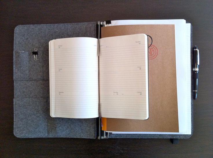 A4, Leder dunkelbraun, Filz grau, Visitenkartentasche abgenäht für zwei USB Sticks, iPhone-Tasche unten links, Moleskine