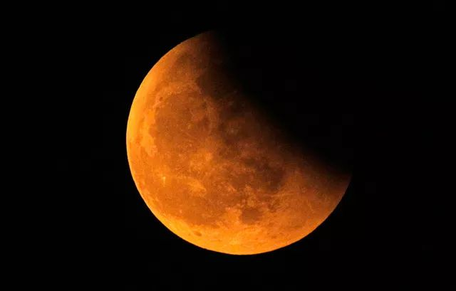The moon eclipse during the 2010 winter solstice, from Shanghai. Photo by Aly Song. El eclipse de luna desde Shanghai, China, foto de Aly Song (Reuters)