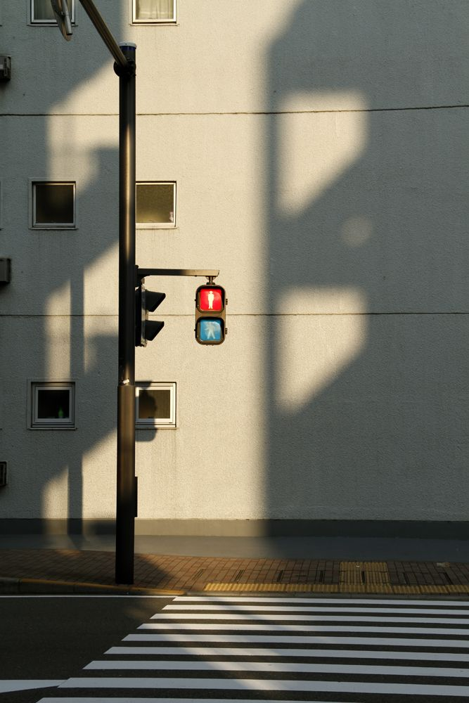 Love how the lighting/shadows make this image so interesting.  Photography ideas Street photography City photoshoot ideas 