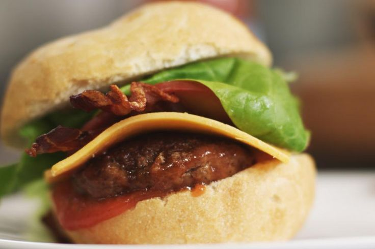 Wat is er leuker dan je eigen hamburger van het huis te serveren? Toegegeven, het kost je een beetje meer tijd dan een rit naar het fastfoodrestaurant in de buurt, maar dat is dan ook het enige minpuntje. Dit is hét recept bij uitstek om die voetbalmatch op tv of een snel geïmproviseerd feestje dat tikkeltje extra te geven.Bovendien is het erg leuk om eens zelf ketchup te maken. Die smaakt net zo goed op Jeroens burger als op snelle diepvriesfrietjes. Een vers flesje ketchup gaat bovendien…