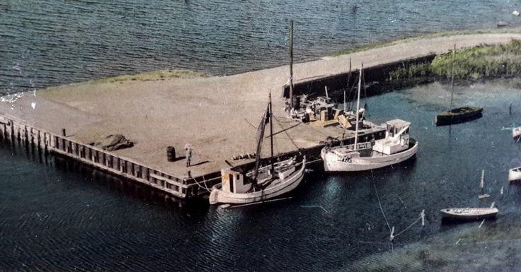 Til højre ligger Niels Peter Andreasens kvase RUTH. Luftfoto af Skåningebroen, ca. 1960. Originalen er i Peter Andreasens eje. På rekordnætter kunne Andreasen fange 500 ål. Tags: åledrivkvaser, drivkvaser, åledrivkvase, drivkvase, ålevod, drivvod.