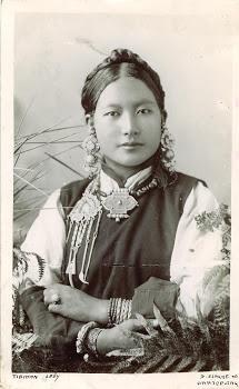 TIBETAINE avec ses bijoux circa 1900