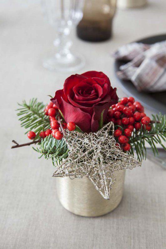 Vakker dekorasjon med rose, vintergrønt og ilexbær.