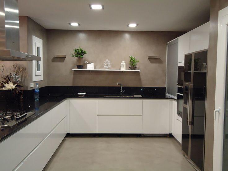 continuo decorativo para cocina con paredes y suelos acabados con aguas marcadas