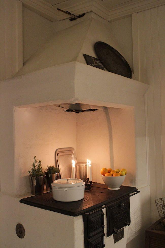 Valtavan lumimäärän lisäksi joulun tunnelmaa tuovat kotiin kynttilät. Kynttilöiden lämmin valo istuu vanhaan taloon paremmin ...