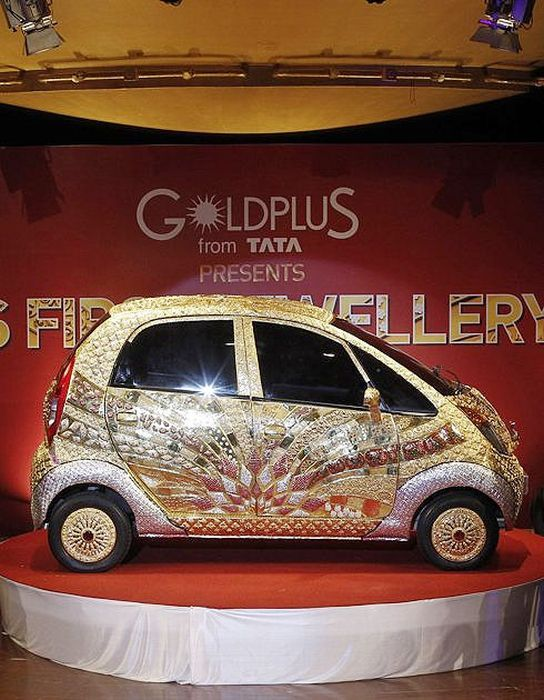 The Indian manufacturer introduced with version eccentric body covered with 80 kg of 22 carat gold and 15 kg in gems! Tata Nano This very special was produced in partnership with the jewelry manufacturer and Goldplus will be presented in various Indian dealers in next six months to promote small model, originally released in 2008, costing about 2000 €. Ratan Tata, the chairman of the Indian manufacturer announced that this model will be valued at more than 3 million euros!