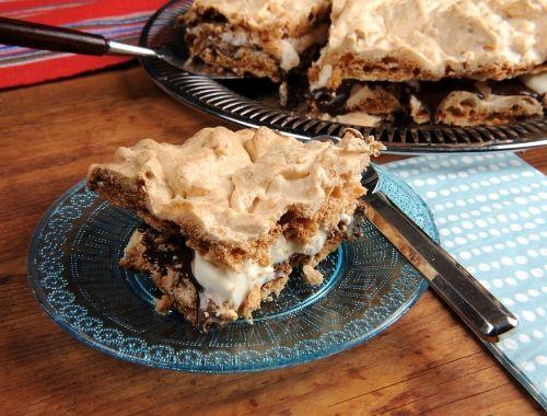 Marängtårta med rispuffar. En god tårta till fest och kalas med marängbottnar med knapriga risbuffar i med fyllning av choklad och vispad grädde.
