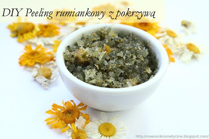 Przepis: 1/2 szklanki cukru białego, 1 łyżka zmielonych suszonych kwiatów rumianku, 1/2 łyżki suszonej pokrzywy ( zamiennik saszetka herbaty pokrzywowej), łyżka oliwy z oliwek, 1/2 łyżeczki miodu płynnego, olejek zapachowy-opcjonalnie. Przygotowanie: Kwiaty rumianku i liście suszonej pokrzywy rozcieramy w moździerzu. Łączymy wszystkie wyżej wymienione składniki i mieszamy razem w celu uzyskania odpowiedniej konsystencji peelingu. Peeling rozprowadzamy po zwilżonym ciele.