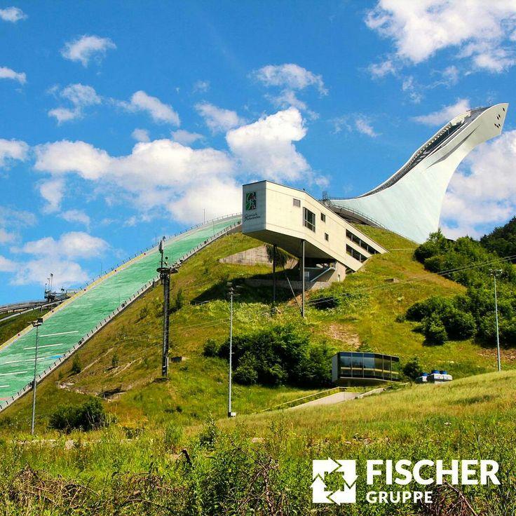 Heute startet das #Auftaktspringen der #Vierschanzentournee in #Oberstdorf! Dank Schanzen, welche mit #Kunststoffmatten ausgestattet sind, können die #Skispringer mittlerweile ganzjährig auch ohne #Schnee trainieren. #FISCHER wünscht den deutschen #Skiadlern einen weiten #Flug und eine sichere #Landung auf Schnee und #Kunststoff.