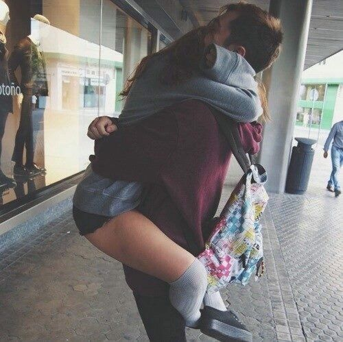 abrazando a tu novio foto
