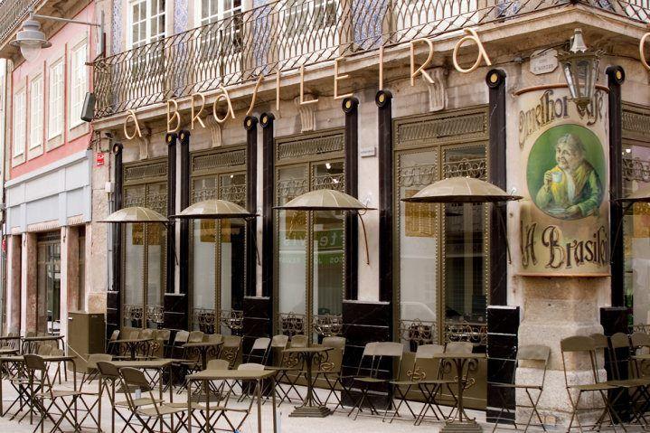 """Com mais de 100 anos de existência, o café """"A Brasileira"""" em Braga é um café emblemático, onde ainda hoje, se realizam tertúlias."""