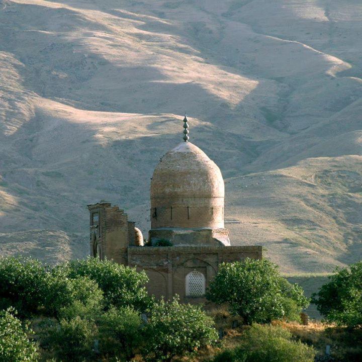 ГОРНЫЙ АНСАМБЛЬ КАТТА-ЛЯНГАР (Кашкадарья, Узбекистан), XVI векВ то время главой «ишкийа» был шейх Мухаммад Садик (ум. 1545), которого и называют Лянгар-ата. Лянгар означает «якорь», «остановка», так часто в Центральной Азии называют место погребения («последнюю остановку») святых персон. При жизни шейха Мухаммад Садика в горном селении построили крупную мечеть, а на противоположном холме мавзолей, где нашел упокой его отец и прежний глава общины шейх Абу-л-Хасан Калан.