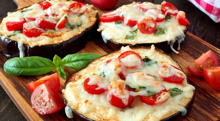 Patlıcan pizza tarifi, size hamurun şişkinliği olmadan enfes bir pizza keyfi yaşatacak. >> http://happycenter.com.tr/happylife/yemek-tarifleri/mini-patlican-pizzalari/