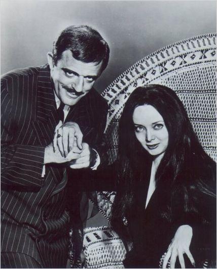 La Famille Addams : photo Carolyn Jones, John Astin