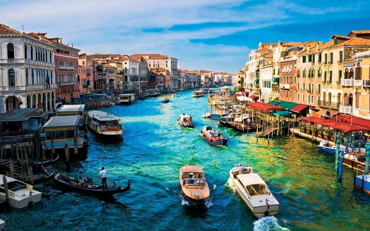 Venecia, una de las ciudades de Italia  Esta ubicada en el conjunto de islas más grande de la laguna de Venecia La ciudad está construida sobre el archipiélago y sus calles son canales por donde pasan embarcaciones y góndolas