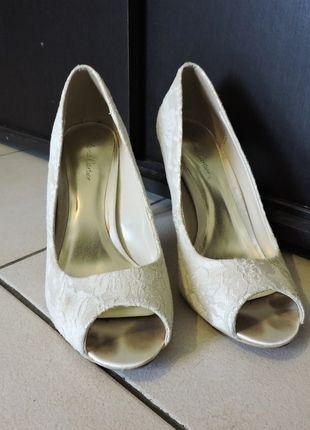 À vendre sur #vintedfrance ! http://www.vinted.fr/chaussures-femmes/escarpins-and-talons/21970106-escarpins-ivoire-peep-toes-dentelle