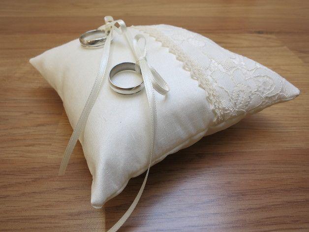 Wunderschön romantisches, handgefertigtes Ringkissen aus edler Seide und wunderschöner Spitze im Vintagestil. Für die Ringe werden zwei farblich passende Satinbänder...
