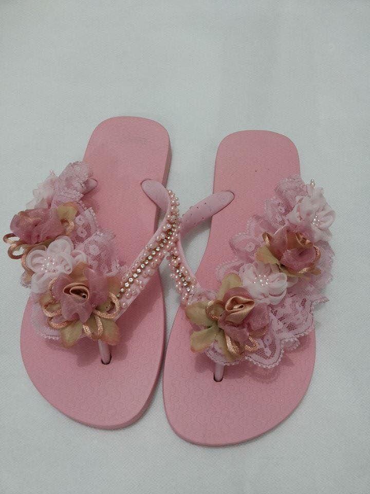 La imagen puede contener: calzado y flor