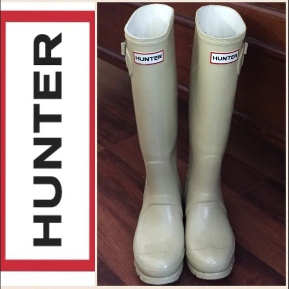 Ivory Winter White Hunter boots size 6 Get the look of royalty in these hard to find authentic neutral tone hunters in a beighish Ivory cream color. These are ladies tall wellie glossy hunter size 6 female rain boots gently worn in excellent shape. I normally wear a 6 in sandals, 6.5 in runners and a 7 in boots to leave room for thick socks and these fit me perfectly with socks my black wellie socks. No trades or Paypal. No discounts... This is on its final markdown. Kate Middleton shown in…