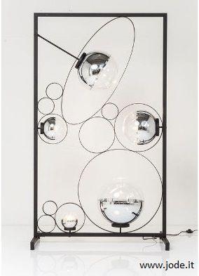 Una #lampada da terra rettangolare che da sola arreda qualsiasi ambiente. Moderna, inusuale e affascinante. La struttura è in acciaio verniciato nero e le lampade a led sono circondate da bolle di vetro trasparente di varie dimensioni; la più grande è cm. 105x50x191 h
