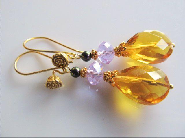 Oorbellen Oker Rose okergele kristalglas facet druppel met kristalglas rondel facet lcihtpaars en swarovski olietint paarse parel. met mooie roos oorhaak. geheel goud op zilver