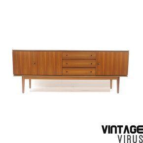 Groot vintage dressoir van teakhout in uitstekende staat uit de jaren '60 '70. Afmetingen: Breedte: 210 cm Hoogte: 81 cm Diepte: 41 cm