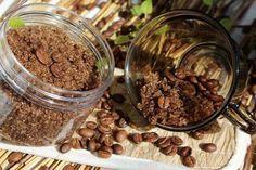 Кофейный скраб «Активный антицеллюлитный» Надо взять 1/2 чашки овсяных хлопьев, молотый кофе и соль по 2 ст. ложки. Добавьте эфирные масла (5-6 капли. Полученную смесь набрать в ладошку или специальной варешкой. Массировать  достаточно интенсивно, 5 10 минут. После этого надо принять контрастный душ – сначала смыть скраб теплой, потом направить на тело струи холодной воды.