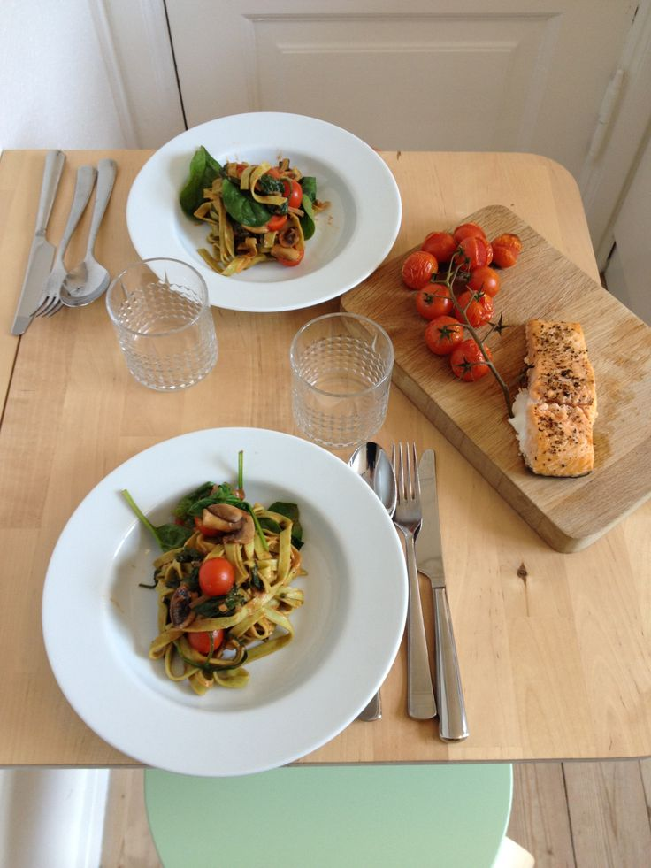 Frisk pasta i flødesause af spinat, champignon og tomat med bagt laks og langtidsbagte cherrytomater