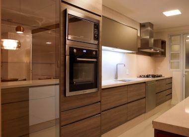 Gostei das cores, da torre do forno + microondas, espelho...