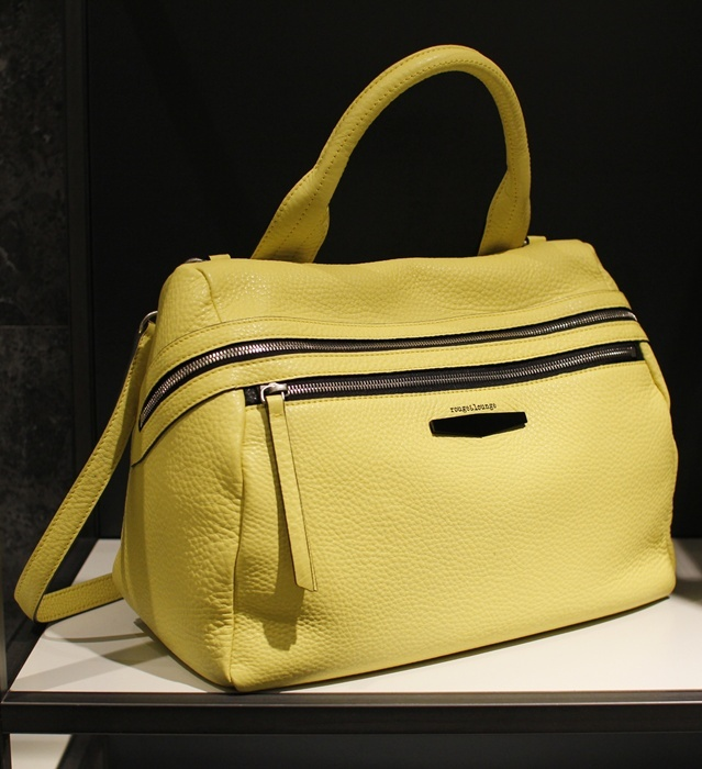 선명한 옐로우 컬러가 매력적인 베리타백. 루즈 앤 라운지 @ 현대백화점 무역센터점