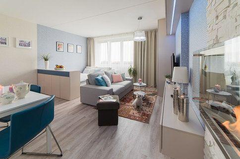 Hlavní obývací pokoj slouží jako obývák, jídelna a ložnice pro maminku s klasickou postelí