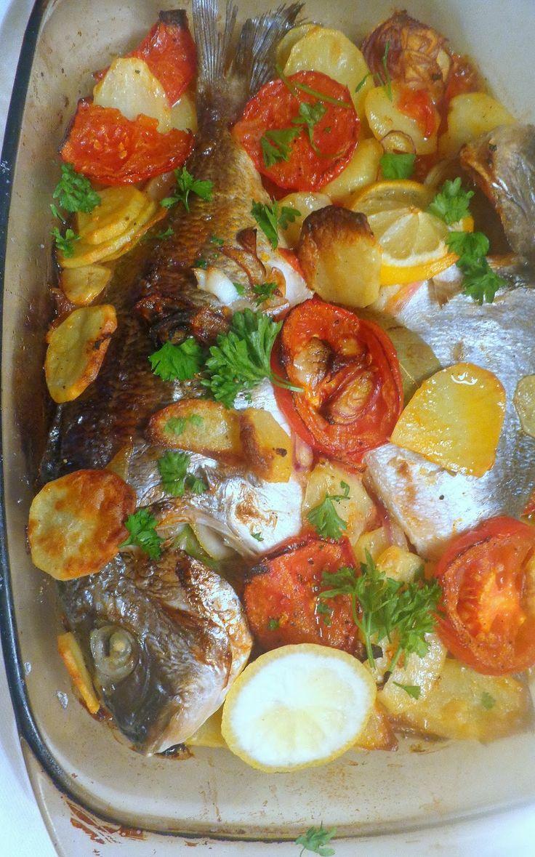 Daurade au four, Besugo al horno. Een klassieker uit de Franse en Spaanse keuken. Jammer dat er tegenwoordig nauwelijks grote zeebrasems ...