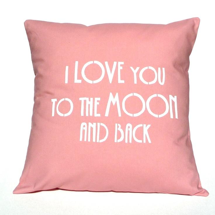Pyntepude betræk med et klart budskab: I love you to the moon and back. Håndlavet helt nede fra Australien. Betrækket måler 40 x 40 cm. Virkelig en sød gave til hende!