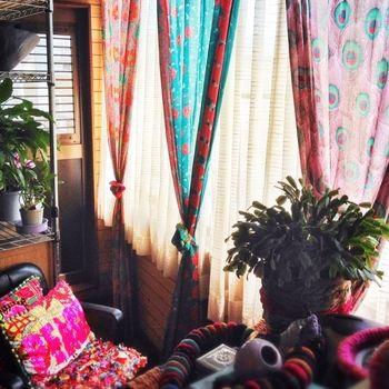 カーテンの布もカラフルにしてみて。モロッカンなインテリアのコツは、カラフルなファブリックたくさん使うことです。