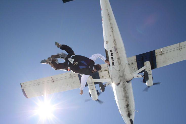 Je suis mi-poule mouillée, mi-aventureuse! J'ai peur de mon ombre quand il s'agit de trucs du genre fantôme, maison hantée et film d'horreur mais je n'ai aucun problème à me jeter en bas d'un avion...
