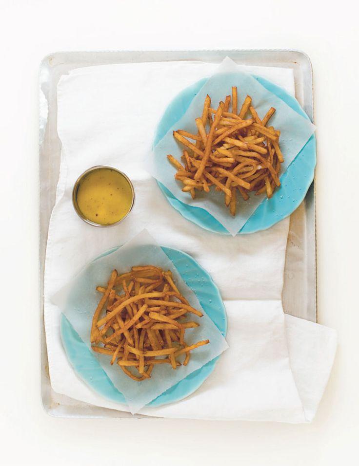 Frites à l'huile d'olive Pommes de terre Yukon gold coupées en fines juliennes, rincées, épongées (non pelées si la peau n'est pas trop épaisse) Huile d'olive extra vierge en quantité suffisante Fleur de sel #frites #yukon #huile #olive