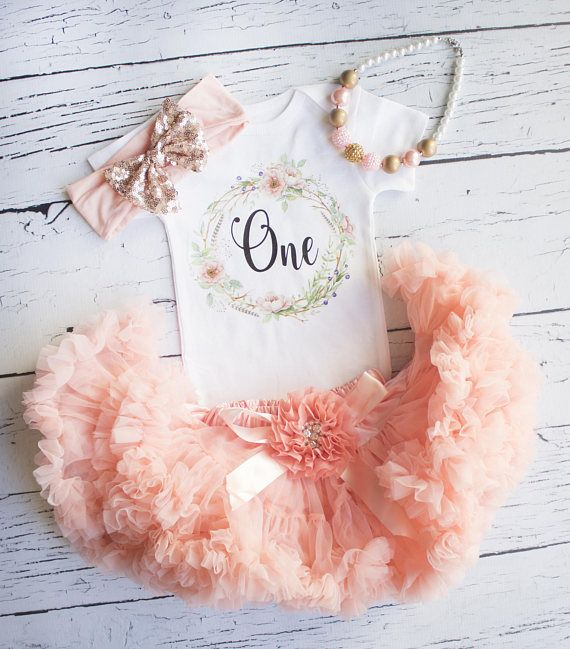 First birthday outfit girl | Girl 1st birthday outfit | Glitter | This outfit is absolutely adorable! peach pettiskirt embellished with a peach ribbon, flower and pearls with matching headband and a glitter gold one bodysuit. #etsy #ad #cakesmash