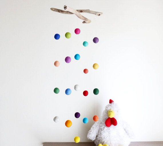 Eine einzigartige und fröhliche Baby Dusche Geschenk, perfekt für Ihr Baby-Zimmer oder Familienzimmer, hängen Sie es über Babys Bettchen oder Wickeltisch ihn/Sie beschäftigt zu halten und eine Vision des Babys anregen  Es besteht aus 21 bunte Hand Filz-wolle-Kugeln in verschiedenen Größen (von 2,5 cm bis 3 cm oder 1 bis 1,2)  Diese hängen an einer Angelschnur, gebunden an 2 natürliche Treibholz-Zweige, die 23 cm oder 9,1 messen  Das Mobile hängt unten aus Treibholz Stücke 55 cm oder 21,7(aus…