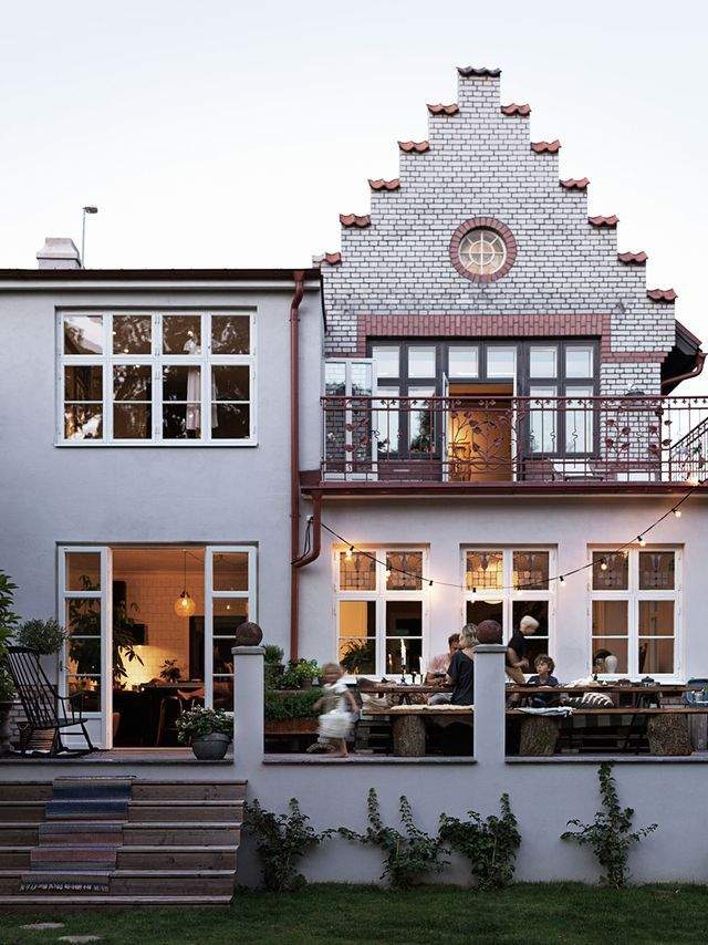 This super pretty Swedish home belongs to former model and interior designer Malin Persson and her family. The house is located in the seaside town of Malmö, Sweden and was originally built in 1908. T