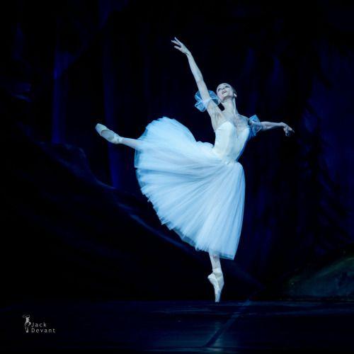 Would you look at that beveled foot?!!  Good God....Svetlana as Giselle